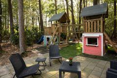 Speeltuin, tevens trampoline en speeltuin voor de kleinsten aanwezig
