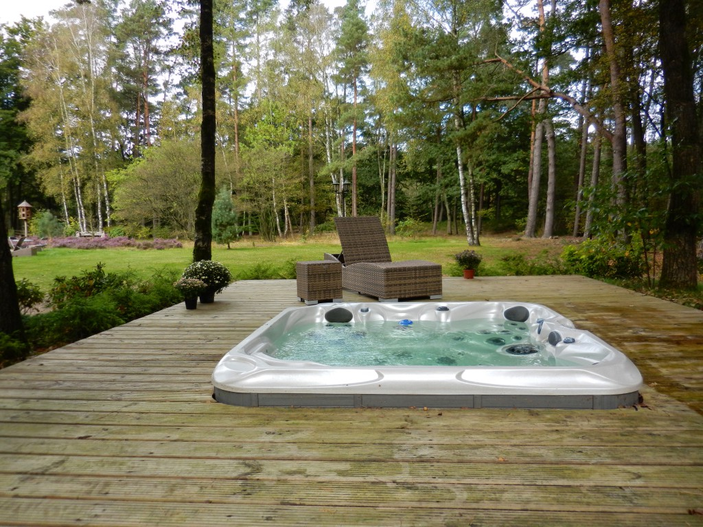 Jacuzzi in de bostuin